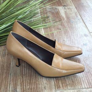 BCBG tan heels Sz 8